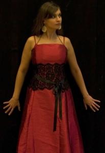 Antigone steht vor einer schwarzen Wand