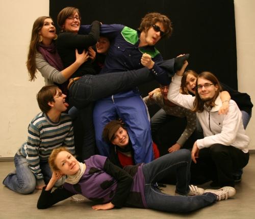 Schauspieler und Regieteam von Ödipedia. Von links oben nach rechts unten: Mandy, Maren, Alessa, Martin, Sophia, Lisa, Benedict, Stefan, Maike, Johanna