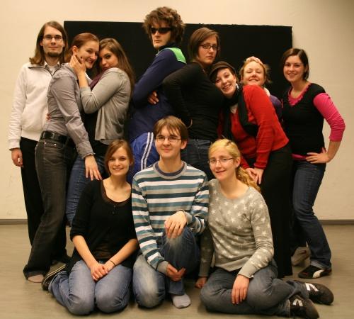 Schauspieler und Regieteam von Ödipedia. Von links oben nach rechtsunten : Benedict, Annika, Mandy, Martin, Maren, Johanna, Maike, Alessa, Lisa, Stefan, Sophia