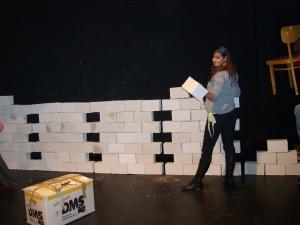 Aufbau der Styroporwand im Theater - Sieht allerdings genau so aus, wie der Abbau, wovon wir keine Fotos haben…