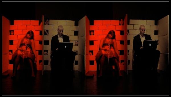 Kreon und Antigone in ihren cubicles, beobachtet vom Boten