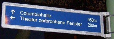 Wegbeschreibung: Wegweiser Theater Zerbrochene Fenster II