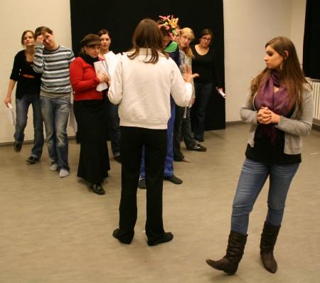 Der Regisseur gibt dem Chor Anweisungen zu Positionen und Bewegungen. 18.01.2009