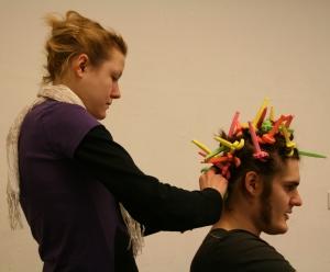 Maike macht Ödipus (Martin) die Haare schön