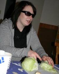 Johanna schneidet Salat