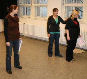 2. Szene des 1. Teils von Ödipedia - Die Schauspielerinnen (von links: Annika als Fred, Maren als Kreon, Johanna als Iokaste) brauchen am 11.01.2009 teilweise noch ein Textbuch.