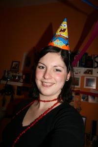 Alessa mit lustigem Partyhut. Foto vom 10.02.2009.