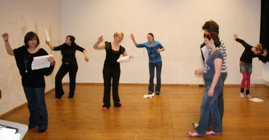 Antigone (Alessa) führt Ödipus (Martin) im Prolog des 2. Teils durch einen Märchenwald - bestehend aus unserem Chor. Foto vom 15.02.2009.