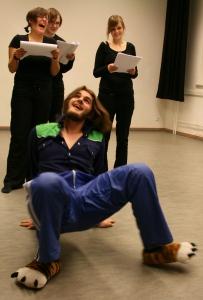 Ödipus (Martin) läuft wie eine Krabbe auf und ab und erzählt dem Chor seine Geschichte. Foto vom 09.11.2008.
