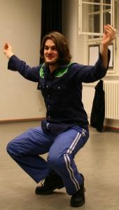 Ödipus (Martin) spielt im Stehen eine Krabbe. Foto vom 09.11.2008.