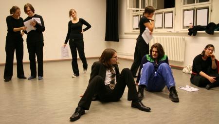 Regisseur Benedict (Mitte) erläutert Ödipus (gespielt von Martin, rechts) den Ablauf der Szene - als Krabbe. Foto vom 09.11.2008.