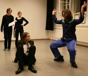 Martin (rechts) macht einen eigenen Vorschlag zur Interpretation der Krabbe. Foto vom 09.11.2008.