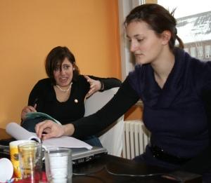 Maren (links) und Annika (rechts) bei der Chorleseprobe am 18.02.2009,