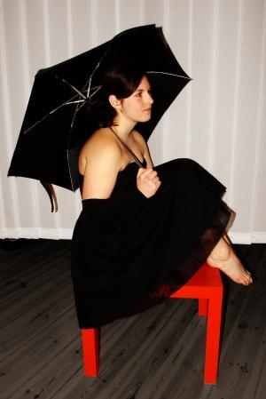 Antigone (Alessa) vor dem Lamellenvorhang, mit Regenschirm. Foto vom 15.03.2009.