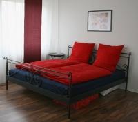 Das große Doppelbett der Ferienwohnung am Schloß