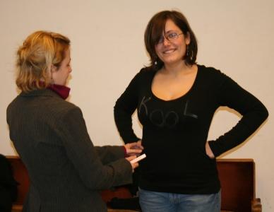 Maike (links) markiert mit Kreide, wie das Kostüm von Maren (rechts) zu besticken ist. Foto vom 01.03.2009.