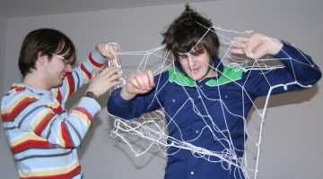 Ödipus (Martin, rechts) wird vom Boten (Stefan, links) aus dem Netz befreit. Foto von der Probe am 22.03.2009.