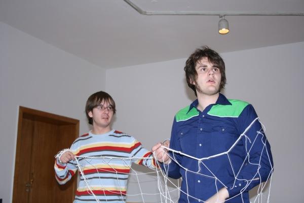 Ödipus (Martin, rechts) im Netz, der Bote (Stefan, links) versucht ihn zu befreien. Foto von der Probe am 22.03.2009.