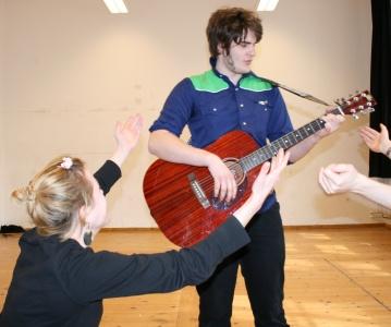Ödipus (Martin, Mitte) mit Gitarre singt ein Lied über das Seelenreich. Foto vom 29.03.2009.