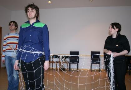 Ödipus (Martin, Mitte) im Netz, dass von Iokaste (Johanna, rechts) und dem Boten (Stefan, links) gehalten wird. Foto von der Probe am 22.03.2009.