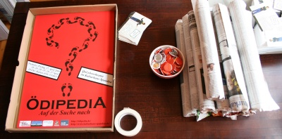 Ödipedia Werbematerial: Plakate, Flyer, Buttons, Plakatrollen, Postkarten (von links nach rechts)