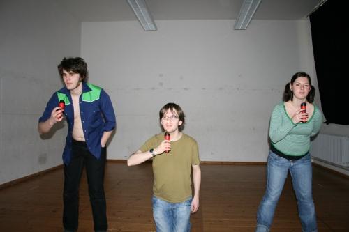 In der vierten Szene des 2. Teils von Ödipedia sind die Gesichter der Schauspieler (vlnr: Martin als Ödipus, Stefan als Polyneikes, Alessa als Antigone) nur durch Taschenlampen beleuchtet. Foto vom 29.03.2009.