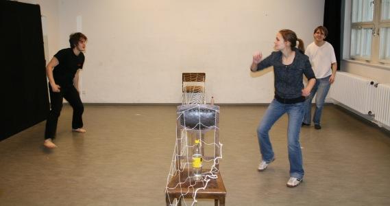 Die 4. Szene des 1. Teils von Ödipedia: ein Tennisspiel mit zwei Boten (Stefan und Lisa), sowie Ödipus (Martin, rechte Seite). Foto vom 01.03.2009.
