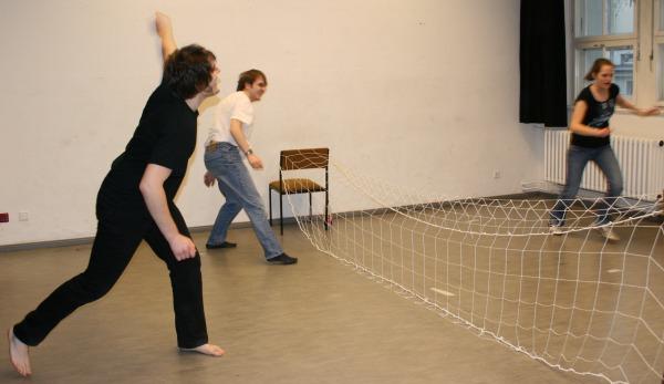 Die 4. Szene des 1. Teils von Ödipedia: ein Tennisspiel mit zwei Boten (Stefan und Lisa), sowie Ödipus (Martin). Foto vom 01.03.2009.