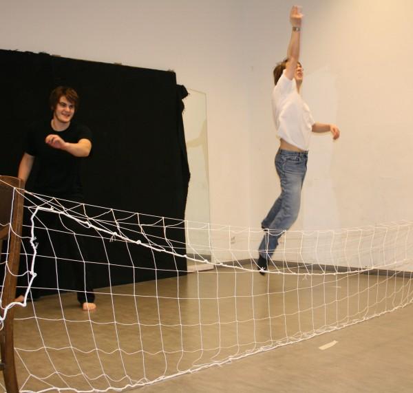 Die 4. Szene des 1. Teils von Ödipedia: ein Tennisspiel mit Boten (Stefan, rechts), sowie Ödipus (Martin, links). Foto vom 01.03.2009.