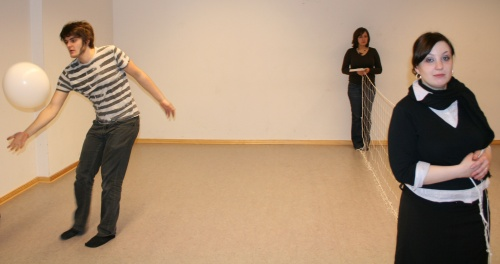 Volleyball/Badminton? Ödipus (Martin, links) spielt, Kreon (Maren, im Hintergrund) und Iokaste (Johanna, im Vordergrund) halten das Netz. Foto vom 04.03.2009.