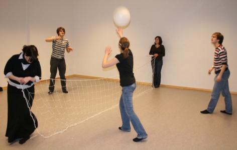 Volleyball/Badminton? Ödipus (Martin, links) spielgt gegen die Botin (Lisa, Mitte). Im Hintergrund hält Kreon (Maren) das Netz. Foto vom 04.03.2009.