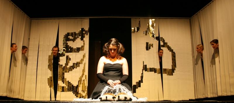 Antigone (Alessa Tschaftary, vorne mitte) betet am Ende des 2. Teils von Ödipedia für ihren toten Vater Ödipus (nicht im Bild). Im Hintergrund und an den Seiten der Chor. Foto vom 19.04.2009.