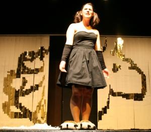 Antigone (Alessa) reagiert wütend und frustriert auf den Tod ihres Vaters Ödipus. Foto vom 19.04.2009.