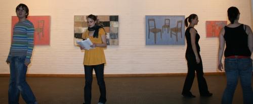 Der Chor von Ödipedia in der Galerie des Kulturhaus' Spandau vor Bildern von Stefan Kraft. Foto vom 02.04.2009