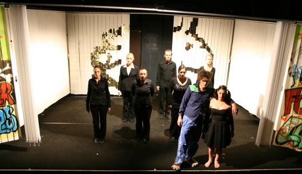 Zu Beginn des 2. Teils von Ödipedia wird Ödipus (Martin Lhotzky, 2. von rechts vorne) von Antigone (Alessa Tschaftary, rechts vorne) nach Kolonos bei Athen geführt. Foto vom 19.04.2009.