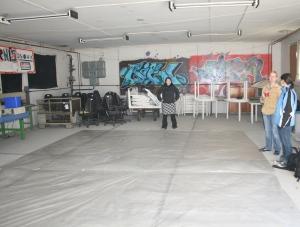 Johanna in der Halle für den Bühnenbau bzw. für die Arbeit an unseren Lamellenvorhängen. Foto vom 03.04.2009.