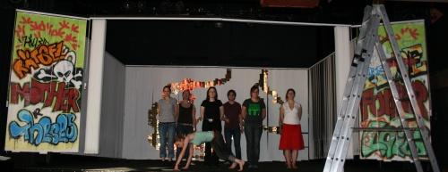 Bühnenbild des 2. Teils von Ödipedia, mit Chor und Regieassistentin Maike (vorne links auf dem Boden). Foto vom 14.04.2009.