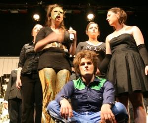 Der Drache namens Drache (Mandy, mit Goldhose), Ödipus (Martin, sitzend) und Antigone (Alessa, rechts) im Gespräch. Foto vom 19.04.2009.