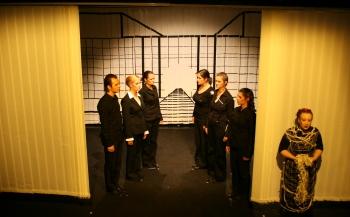 Kurz vor dem Ende des 1. Akts von Ödipedia: Der Chor und Iokaste haben die Wahrheit über Ödipus Herkunft erfahren. Foto vom 19.04.2009.