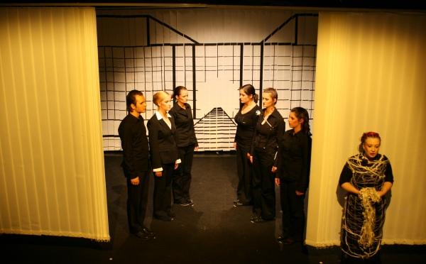 Iokaste (Johanna Franke, rechts) verkündet dem Chor, dass sie sich lieber das Leben nehmen will, als Ödipus (nicht im Bild) in diesem Leben zu verlieren. Foto vom 19.04.2009.