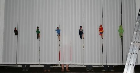 Die Handpuppenszene des 2. Teils von Ödipedia. Sechs Handpuppen werden durch den Lamellenvorhang gesteckt. Foto vom 14.04.2009.