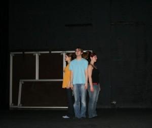 Der Chor von Ödipedia rückt in einen kleinen Kreis zusammen. Bild Anklicken zum Vergrößern. Bild von der Chorprobe am 02.04.2009.