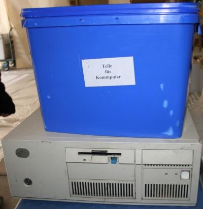 """Blauer Eimer, auf einem Computer stehend. Gedruckter Aufkleber: """"Teile für Kommputer"""". Foto vom 03.04.2009."""