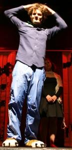 Ödipus (Martin, links) bereitet sich auf seinen Tod vor. Noch ein letztes Mal Haare kämmen, Uniform glatt ziehen und Schuhe ausziehen, dann geht es in den Hades. Foto vom 19.04.2009. Rechts im Hintergrund: Antigone (Alessa).
