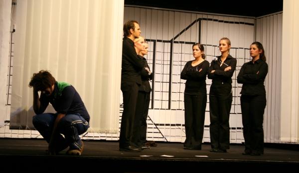 Ödipus (Martin Lhotzky, rechts), weint, als ihm offenbar wird, dass sich seine Frau und Mutter Iokaste (Nicht im Bild) getötet hat. Der Chor im Hintergrund. Foto vom 19.04.2009.