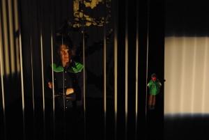 Ödipus (Martin, links) spricht mit Kreon (als Handpuppe, gehalten von Maren, rechts) über seine mögliche Rückkehr nach Theben. Foto vom 25.04.2009.