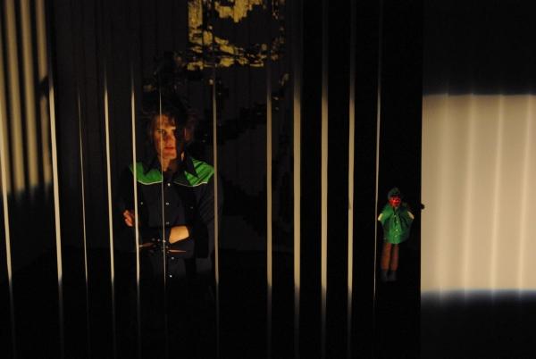 Öedipus (Martin Lhotzky, links) im Zwiegespräch mit Kreon (als Handpuppe, gehalten von Maren Peter, rechts). Foto vom 25.04.2009.