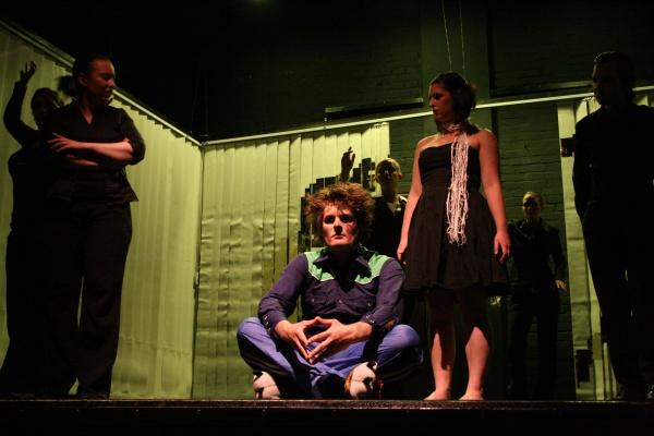 Oedipus (Martin Lhotzky, Mitte) sitzt im zweiten Teil von Ödipedia im kolonischen Zauberwald, begleitet von Antigone (Alessa Tschaftary, rechts daneben). Foto vom 25.04.2009.