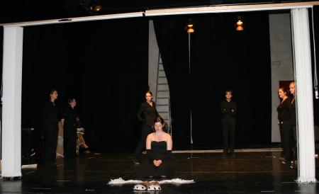 Antigone (Alessa Tschaftary, Mitte) betet in der 5. Szene des 2. Teils von Ödipedia, der Chor steht um sie herum. Foto von der Previewveranstaltung (Durchlauf) am 08.04.2009.