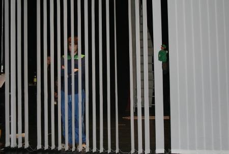 Ödipus (Martin Lhotzky) hinter einem um 90° gedrehten Lamellenvorhang beim 2. Teil der Previewprobe (Durchlauf) von Ödipedia am 08.04.2009